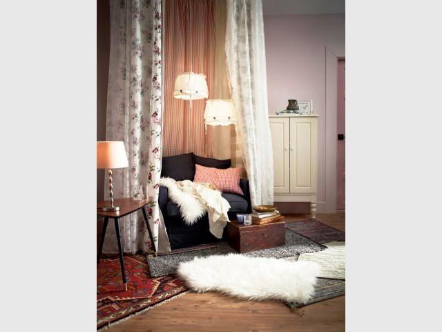 Un cocon enveloppé de rideau dans un coin lecture - Ambiances chaleur hiver