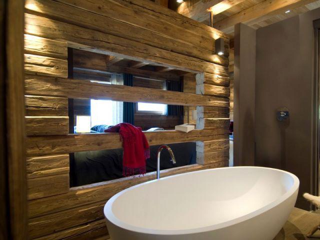 La baignoire blanche mariée au vieux bois - Chalets Bayrou