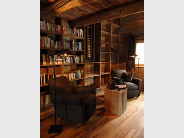 Une bibliothèque bardée de bois ancien - Chalets Bayrou
