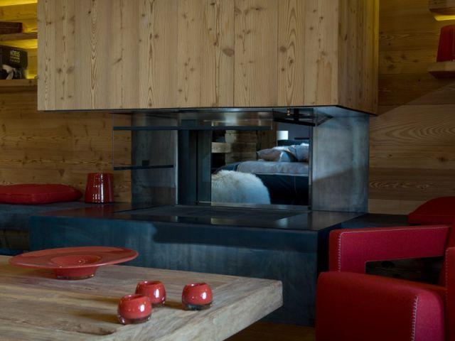 Une incroyable cheminée ouverte sur deux pièces - Chalets Bayrou