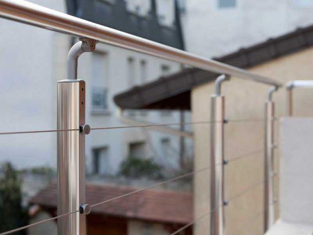 Les garde-corps en acier contrastent avec le mélèze - Maison des Lilas