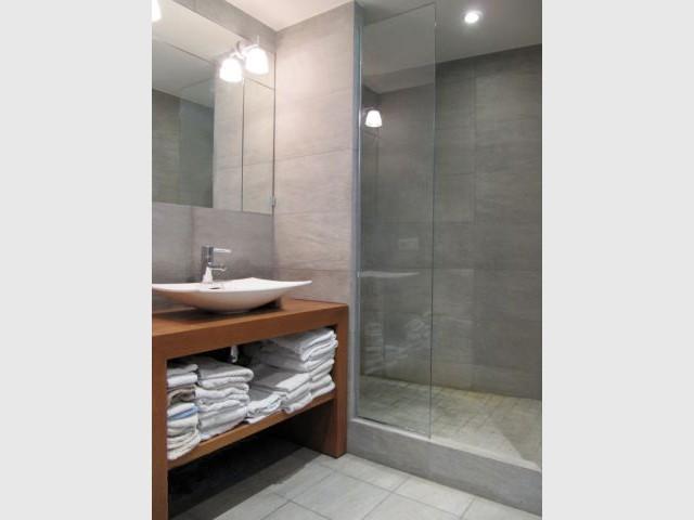 Une atmosphère moderne et épurée : douceur de la salle de bains - Reportage Penthouse Didier Barray
