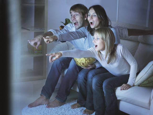 Famille devant la Télé - Sharp