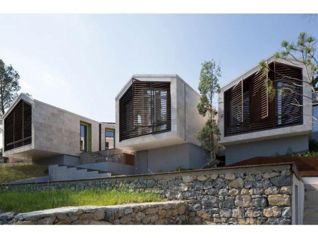 Trois entités alignées sur la crête d'une colline - Maison Nourrigat-brion