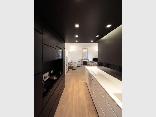 Une cuisine comme dans un écrin noir - Rénovation d'un T3 en T4