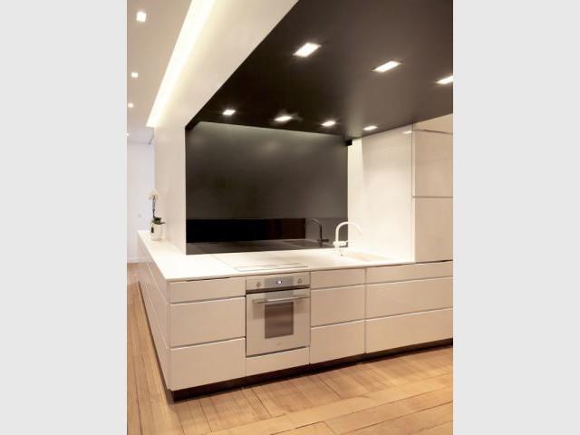 Une cuisine où blanc et noir se répondent - Rénovation d'un T3 en T4