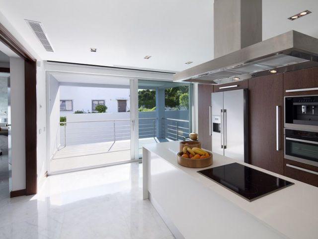 Une villa contemporaine ouverte sur l 39 oc an for Cuisine ouverte villa
