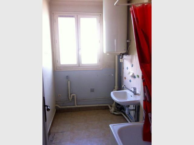 Une vieille salle de bains des années 50 - Une salle de bain graphique et rétro
