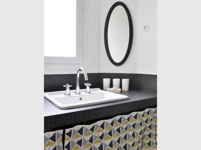 Une salle de bains qui joue sur les contrastes - Une salle de bain graphique et rétro