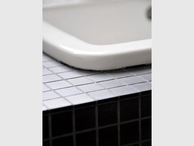 Des matériaux choisis avec soin - Une salle de bain graphique et rétro