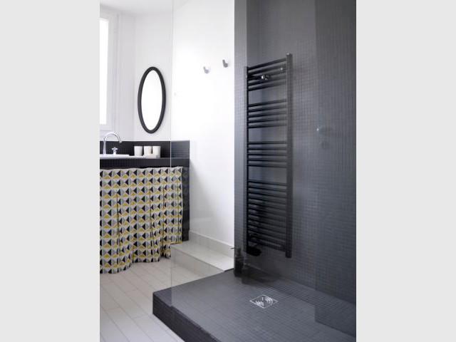 Après : une salle de bains contemporaine entièrement repensée - Une salle de bain graphique et rétro