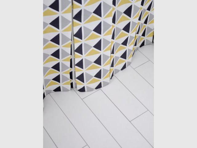 Un sol harmonisé - Une salle de bain graphique et rétro