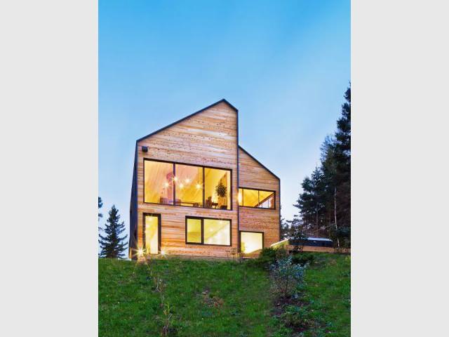 Murs de bois et de béton  - Construction d'une résidence au Canada : Malbaie VIII, La Grange