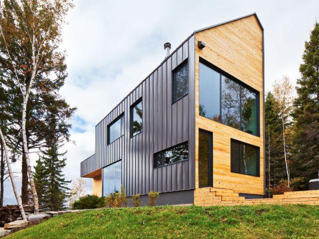 Un parement de métal gris  - Construction d'une résidence au Canada : Malbaie VIII, La Grange