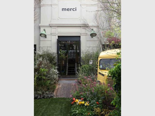 La cour a été transformée en jardin - Concept store Merci