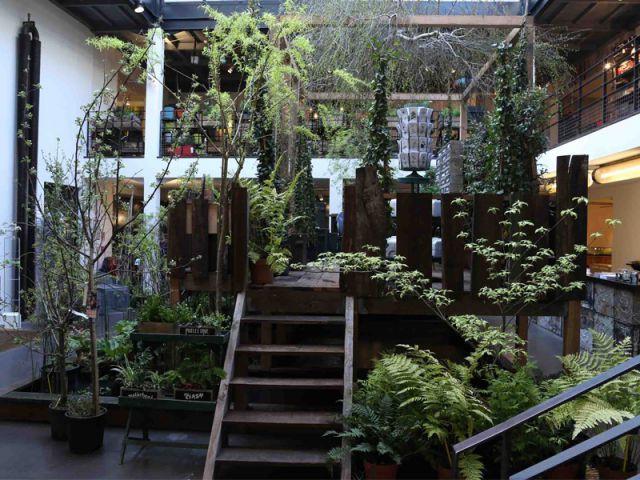 Comme une 'cabane du pêcheur' au centre de l'atrium - Concept store Merci