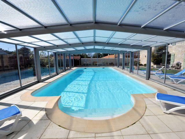 Des panneaux en polycarbonate pour empêcher la réverbération trop forte - Abri de piscine haut télescopique