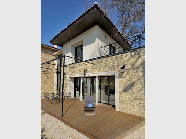 Extension moderne pour une ancienne école devenue maison