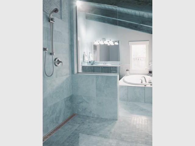 Une douche au style antique  - Douche à l'italienne