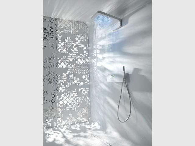 Une douche high-tech au décor futuriste  - Douche à l'italienne