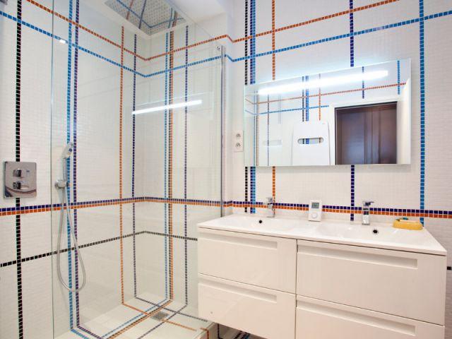 Une salle de bains lumineuse et ludique - Appartement familly loft