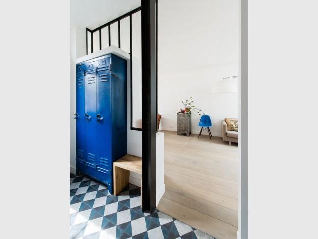 Une verrière intérieure pour structurer l'entrée - Une maison de ville au décor industriel