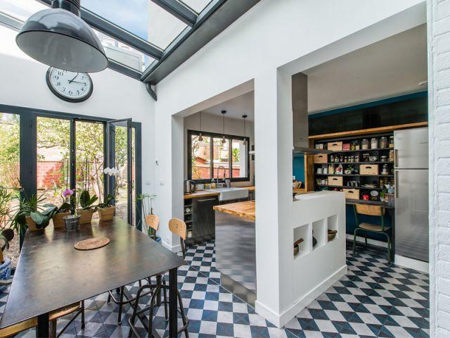 Une cuisine ouverte avec un îlot central - Une maison de ville au décor industriel