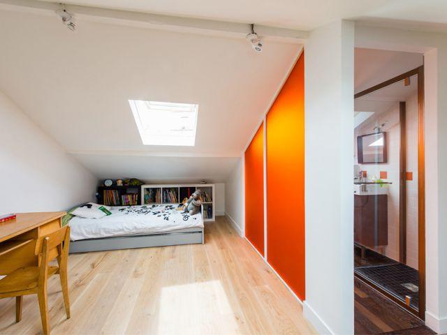 Une chambre et une salle de bains créées dans les combles - Une maison de ville au décor industriel