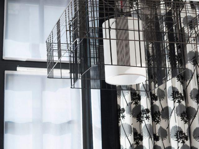Des luminaires comme des mini-cages légères  - Un ancien atelier transformé en hôtel chic