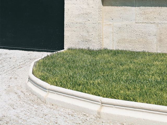 Une bordure en pierre reconstituée pour une délimitation nette - Orsol