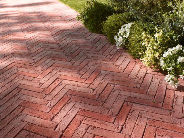 Des dalles aspect brique pour une allée rustique - Castorama