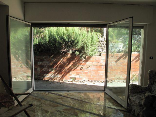 Une vue sur l'extérieur totalement bouchée - Jardin stratifié en Italie