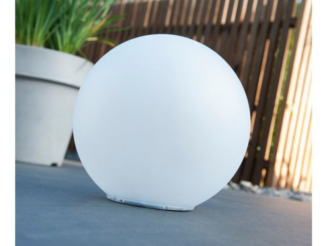 Une lampe en forme de boule lumineuse