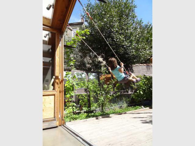 Une balançoire discrète pour le plaisir des enfants - Rénovation bois - Projet Craponne