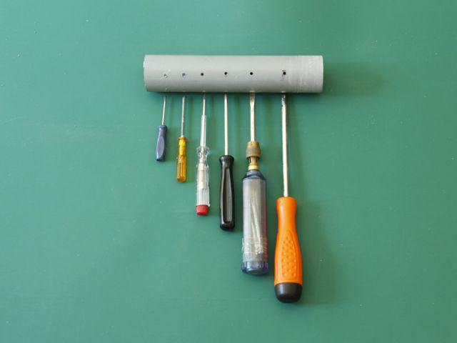 Créer un rangement malin avec un tuyau - Percer le tuyau de PVC (1/2) - Créer un rangement malin avec un tuyau