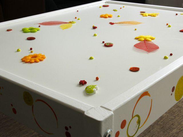 Customiser un meuble pour enfant : Décorer la table - Tutoriel customiser mobilier pour enfants