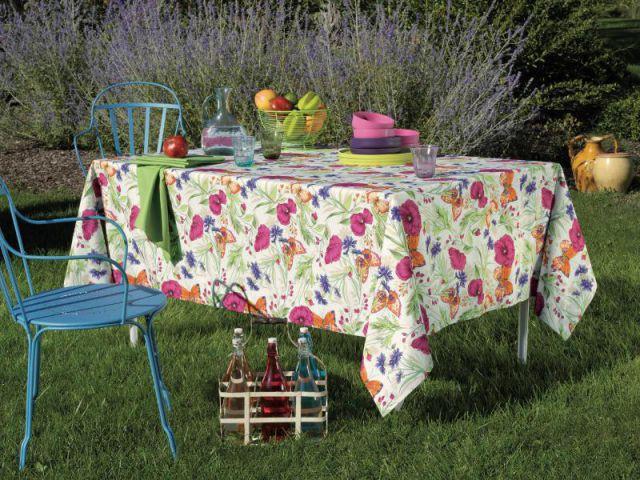 Une table d'été fleurie et colorée - Table d'été