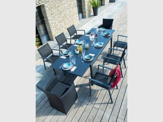 Une table d'été noire et élégante - Table d'été