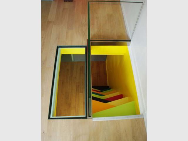 Un sol en verre pour un apport de lumière - Un escalier à pas japonais égaye un duplex parisien