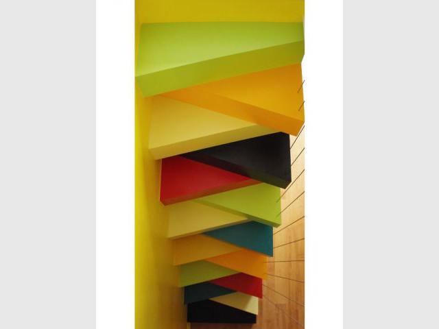 Un escalier à pas japonais égaye un duplex parisien