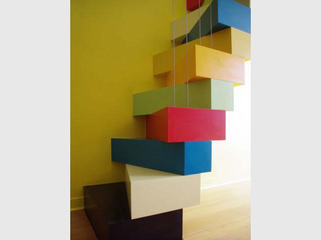Des marches en stratifié teinté pour assurer la sécurité - Un escalier à pas japonais égaye un duplex parisien