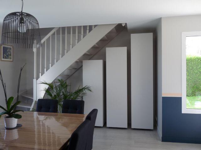 Des rangements à hauteur de la pente d'escalier - Un salon démodé retrouve fraîcheur et convivialité