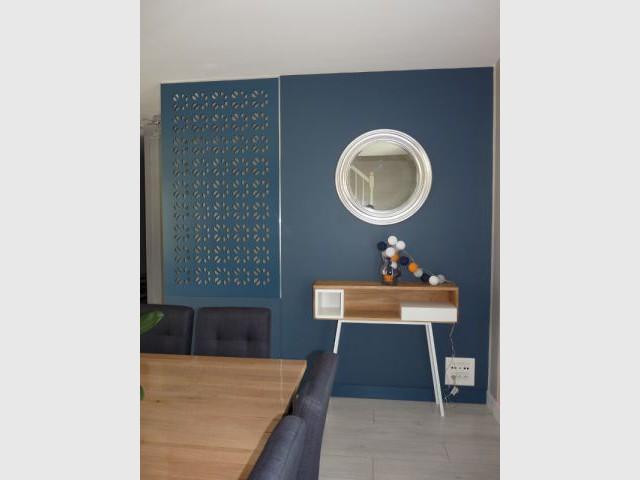 Le miroir de grand-mère conservé - Un salon démodé retrouve fraîcheur et convivialité