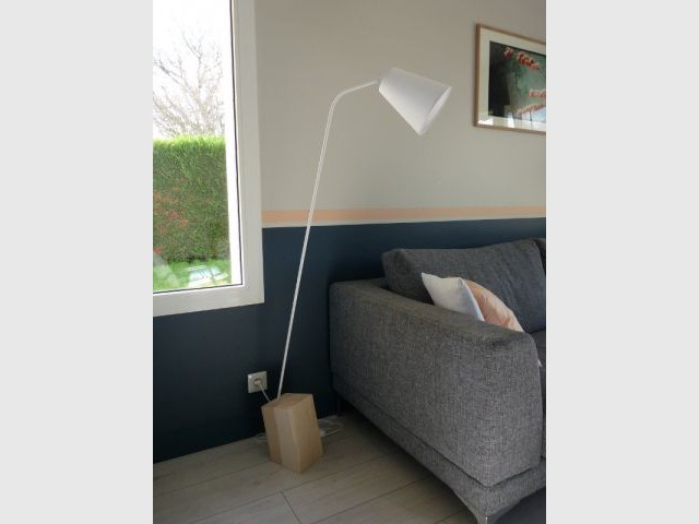 Une ligne de peinture lumineuse - Un salon démodé retrouve fraîcheur et convivialité