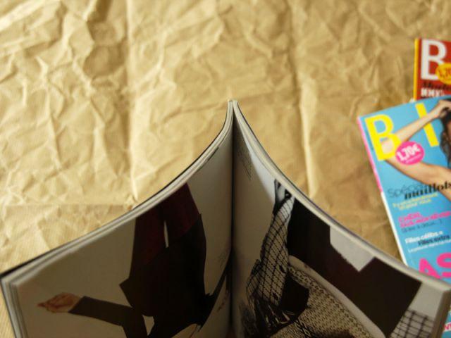 Une table basse en magazines : divisez le magazine en 2 - Tutoriel redonner vie à des objets inutiles