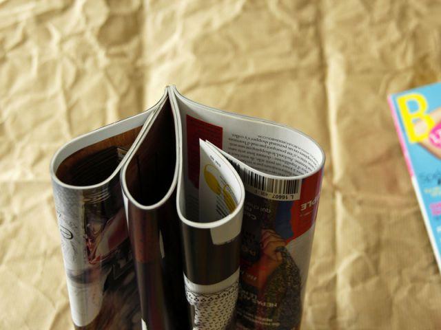 Une table basse en magazines : divisez le magazine en 4 - Tutoriel redonner vie à des objets inutiles
