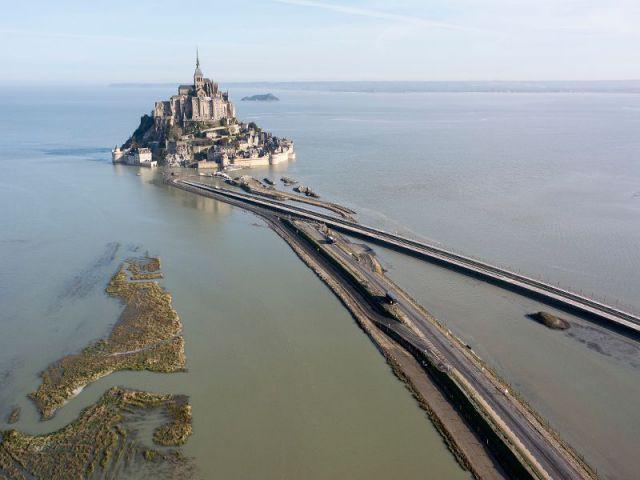 Mont-Saint-Michel : le pont-passerelle prêt à l'ouvrage