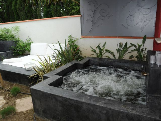 Une salle de bains extérieure - Aménagement extérieur d'une villa avec patio et piscine