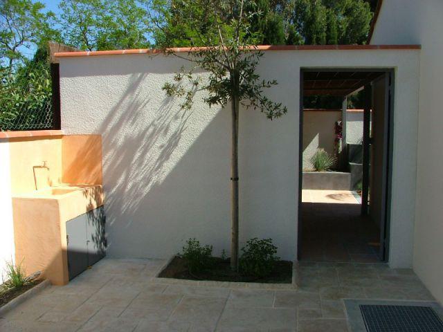 Un espace technique bien pratique - Aménagement extérieur d'une villa avec patio et piscine