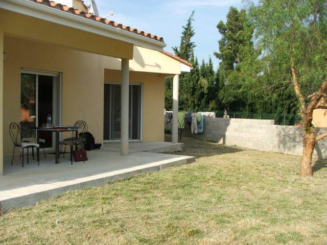 Aménagement extérieur d'une villa avec patio et piscine